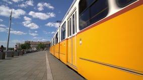 Una tranvía corre en Budapest almacen de metraje de vídeo