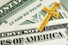 Una traversa dorata sulle fatture del dollaro Fotografia Stock Libera da Diritti