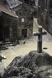 Una traversa e un villaggio di pietra di Couvertoirade Immagini Stock