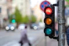 Una traves?a de la ciudad con un sem?foro Luz roja en el sem?foro - imagen imagen de archivo libre de regalías