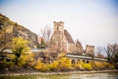 Una travesía del río Danubio en otoño Fotografía de archivo