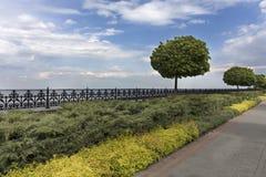 Una trayectoria caminada cobbled a lo largo del terraplén del río, enmarcado por una cerca decorativa del metal cortada por los a Fotos de archivo