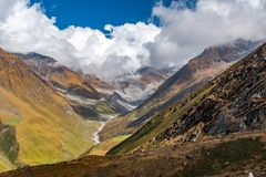 Una trayectoria hermosa entre las montañas y las nubes Fotografía de archivo libre de regalías