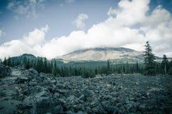 Una trayectoria rocosa delante de Mt St Helens Fotos de archivo
