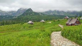 Una trayectoria rocosa en las montañas entre pequeñas casas de madera Zakopane, Tatry, Polonia Imagen de archivo libre de regalías