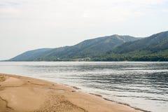 Una treccia della sabbia, montagne di Zhiguli ed il letto del fiume Volga fotografia stock libera da diritti