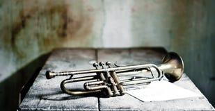 una tromba antica di jazz a partire dagli anni 20 con le note di una canzone antica a partire dagli anni 40 Immagini Stock Libere da Diritti