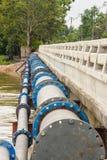 Una tubería grande de la tubería del abastecimiento de agua. Imagen de archivo libre de regalías