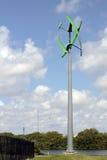 Una turbina de viento urbana verde Fotos de archivo