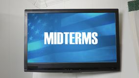 Una TV que exhibe el mensaje sobre las elecciones midterm stock de ilustración