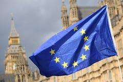Una UE azul señala por medio de una bandera en Westminster Londres durante una protesta anti-Brexit imagenes de archivo