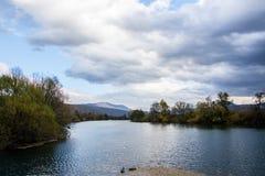 Una um do rio o mais bonito em Bósnia foto de stock