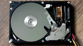 Una unidad de disco duro está abierta, roto y hace girar hacia fuera almacen de metraje de vídeo