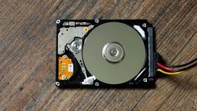 Una unidad de disco duro está abierta, roto y hace girar hacia fuera metrajes