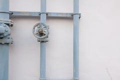 Una válvula de cierre del metal atada a un tubo del metal con los pernos Foto de archivo libre de regalías