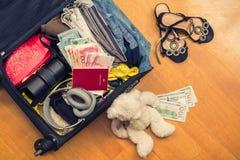 Una valigia con l'orsacchiotto di cose e un passaporto straniero Fatture asiatiche del cento-dollaro e dei soldi per il viaggio C immagine stock libera da diritti