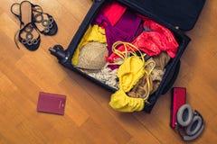 Una valigia con le cose e un passaporto straniero Concetto fotografie stock