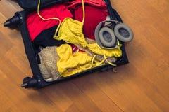 Una valigia con le cose e un passaporto straniero Concetto immagine stock