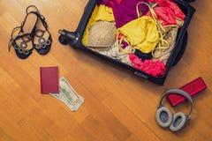 Una valigia con le cose e un passaporto straniero Concetto fotografia stock libera da diritti