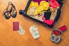 Una valigia con le cose e un passaporto straniero Concetto fotografie stock libere da diritti