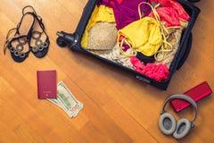 Una valigia con le cose e un passaporto straniero Fatture asiatiche del cento-dollaro e dei soldi per il viaggio Concetto fotografia stock libera da diritti