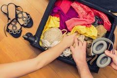 Una valigia con le cose e un passaporto straniero Fatture asiatiche del cento-dollaro e dei soldi per il viaggio Concetto immagine stock