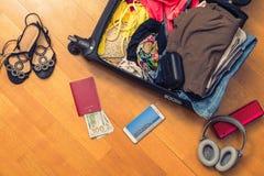 Una valigia con le cose e un passaporto straniero Fatture asiatiche del cento-dollaro e dei soldi per il viaggio Concetto fotografia stock