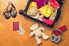 Una valigia con le cose e un passaporto straniero Fatture asiatiche del cento-dollaro e dei soldi per il viaggio Concetto fotografie stock