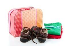 Una valigia di ricambio variopinta con i pattini Fotografie Stock Libere da Diritti