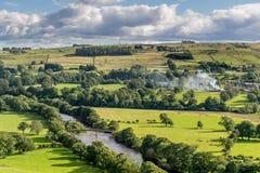Una valle con le nuvole di pioggia e delle pecore immagine stock libera da diritti