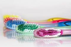 Una variedad coloreada en cepillos de dientes Foto de archivo libre de regalías