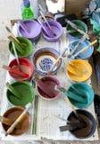 Una variedad colorida de colores de la pintura en la fábrica de Art Naji en Fes, Marruecos fotos de archivo