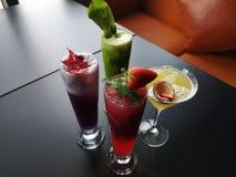 Una variedad de cócteles y de bebidas asiáticos frescos imagenes de archivo