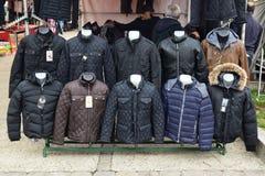 Una variedad de chaqueta del invierno para la venta con objeto del invierno crudo Imagen de archivo libre de regalías