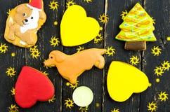 Una variedad de galletas en la forma de un perro Banquete de un perro amarillo Fotografía de archivo