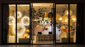 Una variedad de iluminación en una tienda de la iluminación, iluminación comercial, iluminación del equipamiento casero Fotografía de archivo libre de regalías