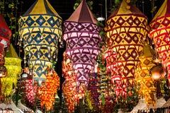 Una variedad de lámparas brillantes de los colores de una tela hacen compras en Pekín Imagenes de archivo
