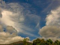 Una variedad de nubes sobre las montañas andinas fotos de archivo libres de regalías
