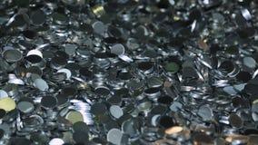 Una variedad de objeto de aluminio de las barras redondas en un primer brillante del montón metrajes