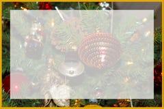 Una variedad de ornamentos y de conos pasados de moda del pino en un Christm imagenes de archivo