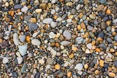Una variedad de piedras lisas en la playa Imagen de archivo
