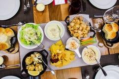 Una variedad de platos del gastrónomo en el restaurante de lujo Imágenes de archivo libres de regalías