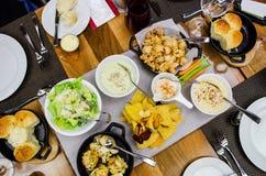 Una variedad de platos del gastrónomo en el restaurante de lujo Foto de archivo libre de regalías