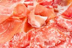 Una variedad de productos de carne fría procesados Imágenes de archivo libres de regalías