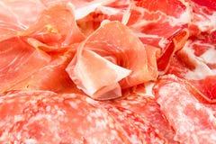 Una variedad de productos de carne fría procesados Imagenes de archivo