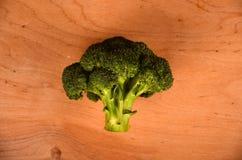 Una variedad de tabla de madera de los broccols verdes Espacio libre para el texto Fotos de archivo libres de regalías