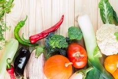 Una variedad de verduras coloridas en la tabla de madera Imagenes de archivo