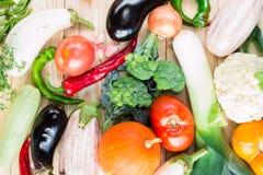 Una variedad de verduras coloridas en la tabla de madera Imagen de archivo