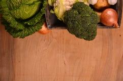 Una variedad de verduras coloridas en la tabla de madera pintada Visión superior Espacio para el texto Fotografía de archivo libre de regalías