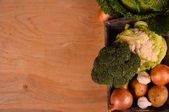 Una variedad de verduras coloridas en la tabla de madera pintada Visión superior Espacio para el texto Foto de archivo libre de regalías